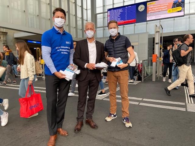 Masken verteilen am Bahnhof